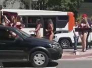 Vídeo: motorista se distrai com mulheres de biquini e bate o carro em São Paulo