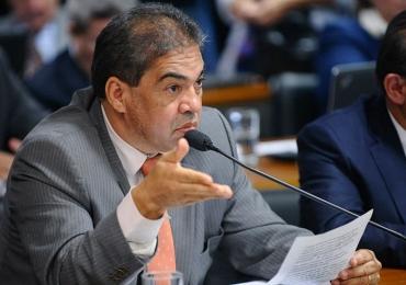 Prótese dentária de senador cai em comissão e cena constrange políticos