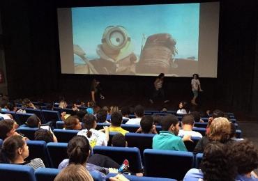 Sessão Azul exibe o filme Lego Batman para crianças com autismo em Brasília