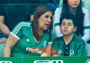 Mãe narra jogo de futebol para filho cego e vídeo emociona