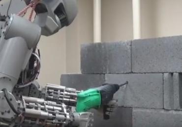 Coisas da Rússia: Conheça Fedor, o humanoide que será 'pedreiro' na lua