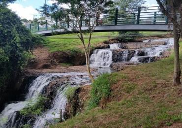 Conheça o parque que tem uma cachoeira dentro, na Zona Sul de Uberlândia