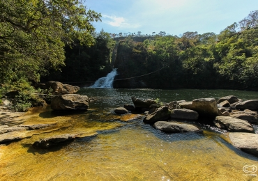 Encontramos uma cachoeira com 16 metros de profundidade, rodeada de  árvores e grandes pedras