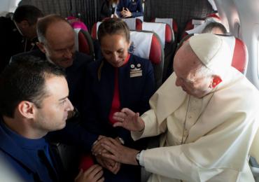 Papa Francisco realiza casamento dentro de avião