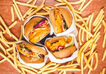 Festival open food oferece hambúrguer, batata frita e refrigerante à vontade em Goiânia