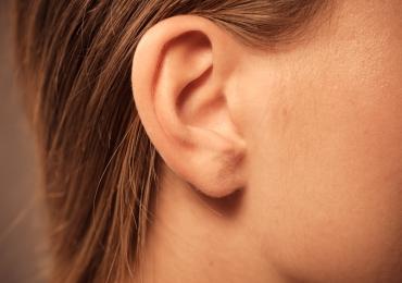 Cera do ouvido pode diagnosticar câncer, revela estudo da UFG