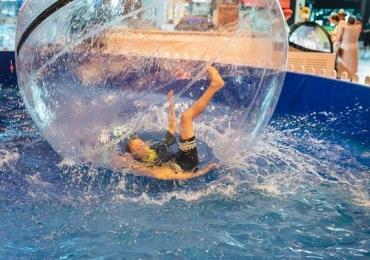 Piscina com bolas infláveis gigantes é uma das atrações de férias em Uberlândia