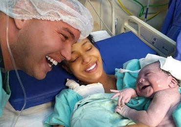Bebê sorri para pai após parto e foto viraliza