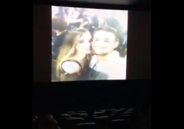 Estudante faz pedido de namoro surpresa em cinema de Goiânia e vídeo viraliza