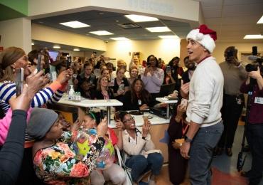 Vestido de Papai Noel, Obama distribui presentes em um hospital infantil dos EUA