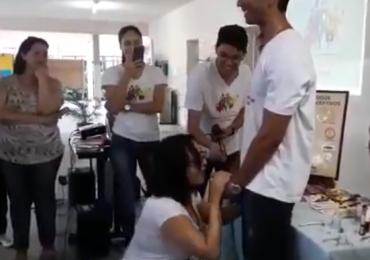 Vídeo de professora ensinando alunos colocarem camisinha com a boca causa polêmica nas redes sociais