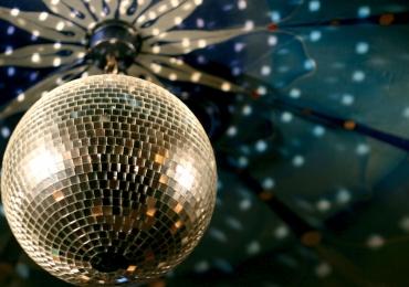 Goiânia recebe festa estilo anos 80 com open food, discotecagem e show ao vivo