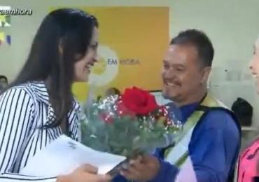 Apresentadora de TV em Goiânia é surpreendida com buquê de flores durante transmissão ao vivo