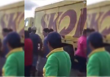 Caminhoneiros em greve liberam passagem para caminhão de cerveja e vídeo viraliza