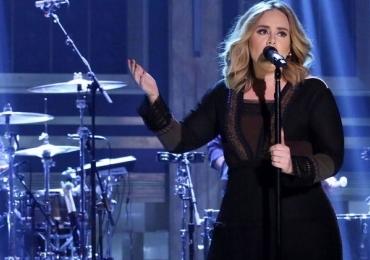 Adele interrompe show para homem fazer o pedido de casamento no palco