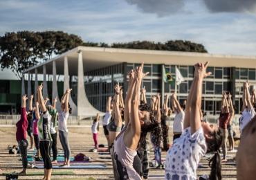 Ponto turístico de Brasília recebe aulão gratuito de yoga