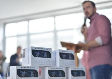 Escolas públicas de Aparecida ganham óculos de leitura para deficientes visuais