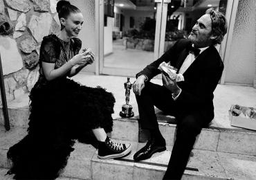 Joaquin Phoenix troca festa do Oscar por lanche vegano na calçada com a noiva