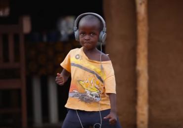 Isto é o que acontece quando você toca Jorge Ben Jor para crianças africanas dançarem