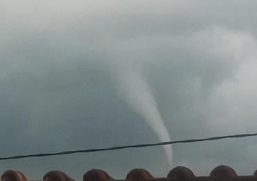 Vídeo mostra formação de nuvens semelhante a tornado em Uberlândia; assista