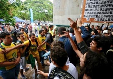 Ato pró-Bolsonaro é recebido com manifestação contrária na Unb