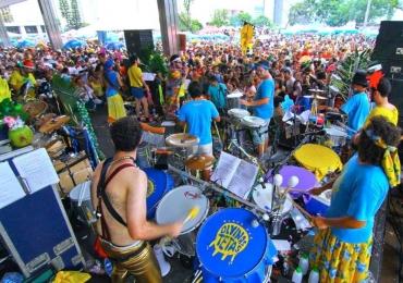 Em 'esquenta' para o Carnaval 2018, Divinas Tetas e Aparelhinho realizam baile de máscaras em Brasília