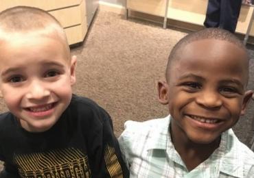 Para tentar enganar professora, menino de 5 anos corta cabelo igual ao do amigo