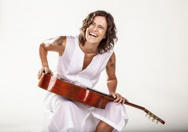 Zélia Duncan faz show só na voz e violão em Goiânia