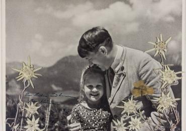 Foto rara que mostra Hitler abraçado com criança judia é leiloada nos EUA