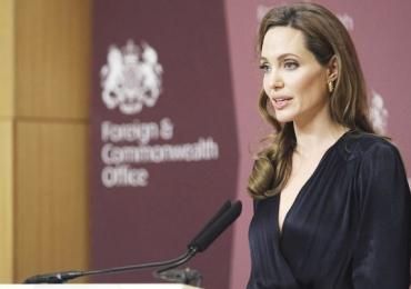 Angelina Jolie tem seu primeiro dia de aula como professora