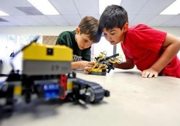 Oficina gratuita ensina crianças a montar um robô que fala em Goiânia