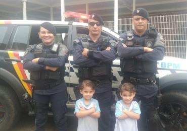 PMDF vai a festa de aniversário de irmãos gêmeos e surpreende pequenos fãs dos policiais