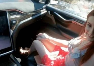 Casal grava vídeo de sexo dentro de um Tesla com piloto automático ligado