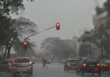 Meteorologia emite alerta de 'perigo potencial' com forte tempestade no DF