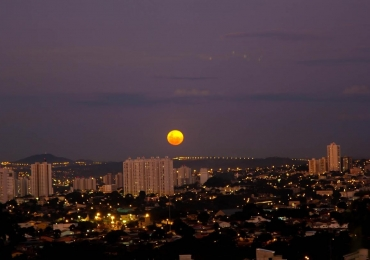 Grupo oferece telescópio para observar a Lua Cheia no Morro do Além, em Goiânia