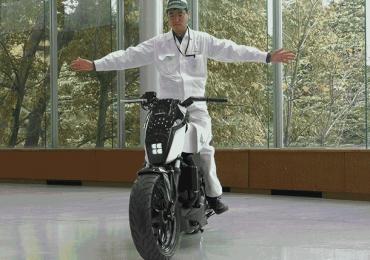 Motocicleta experimental da Honda se equilibra sozinha como num truque de mágica; veja vídeo