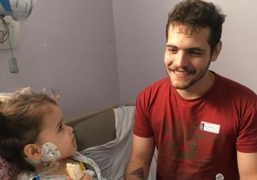 Jovem de 22 anos comemora o Dia dos Pais doando parte do fígado para filha viver