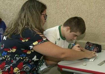 Paixão por time estimula jovem com Síndrome de Down a ler