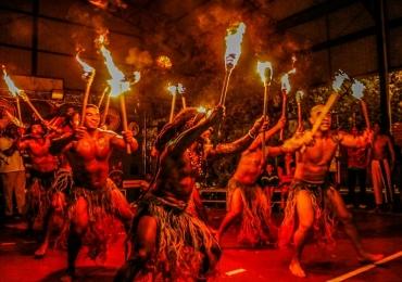 Grupo de Brasília explora elementos da cultura popular em espetáculo teatral
