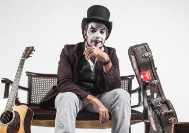 Artista criador da trupe traz show intimista do Teatro Mágico a Brasília