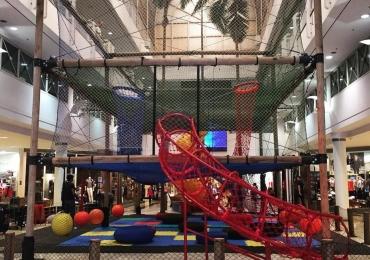 Playground com obstáculos de escalada promete fazer a alegria de crianças e adultos nestas férias em Brasília