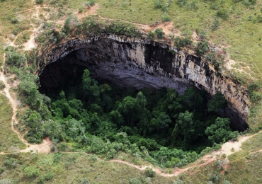 Com paredões rochosos, Buraco das Araras é atrativo natural curioso em Formosa (GO)
