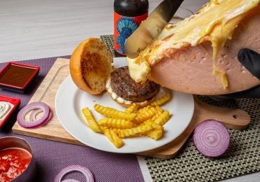 Carnivaria: primeiro hambúrguer com queijo Raclette de Goiânia bomba no food truck e abre restaurante com preço de comida de rua