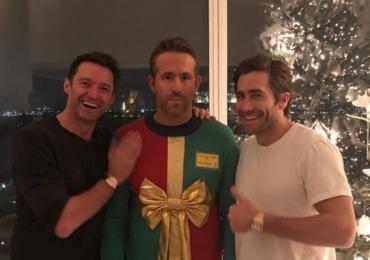Hugh Jackman e Jake Gyllenhaal trollam Ryan Reynolds em festa de Natal
