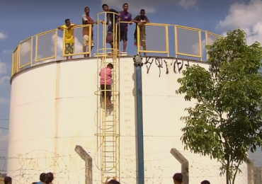 Moradores invadem reservatório da Saneago após oito dias sem água em Goiânia; veja o vídeo