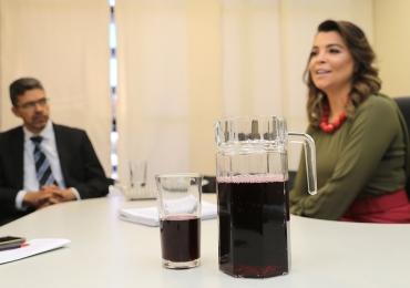 Juíza testa suco de uva para facilitar audiências de conciliação em Goiás
