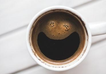 Tomar café logo ao acordar pode ser um desperdício da bebida
