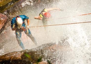 Apaixonados por esportes radicais podem praticar rapel e tirolesa pertinho de Uberlândia