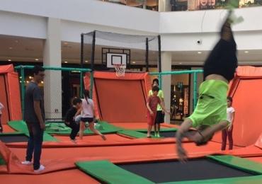 Trampolins, brincadeiras e teatro infantil animam as férias em shopping de Brasília
