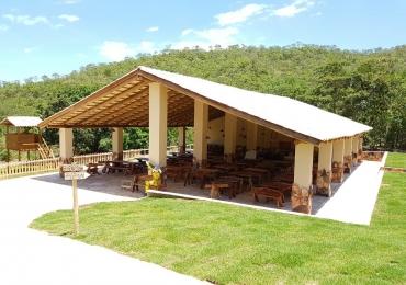 Restaurante oferece comida de fogão à lenha a alguns passos da Cachoeira Paraíso em Pirenópolis
